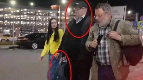 Khách cố lấy hành lý trên máy bay Nga bị chỉ trích chặn lối thoát hiểm