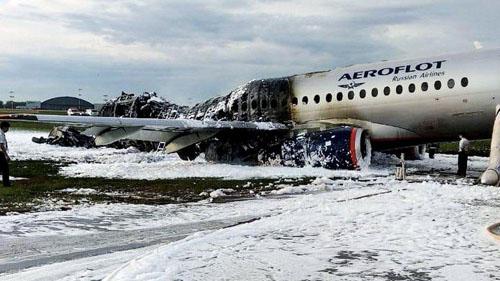 Chiếc Sukhoi Superjet-100 cháy trơ khung sau sự cố hôm 5/5 tại sân bay Sheremetyevo. Ảnh: Reuters.