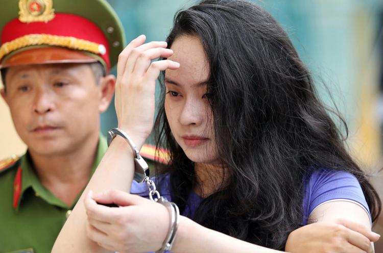Hot girl Ngọc Miu đến tòa trong trang phục khác buổi sáng. Ảnh: Thành Nguyễn.