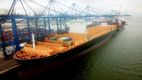 Tàu Wan Hai 805 có trọng tải 132000 tấn, có thể chở được 12000 containerhàng loại 20ft lần đầu tiên cập cảng nước sâu Hải Phòng, bốc chuyến hàng đầu tiên từ Việt Nam đi quốc tế. Ảnh: Giang Chinh