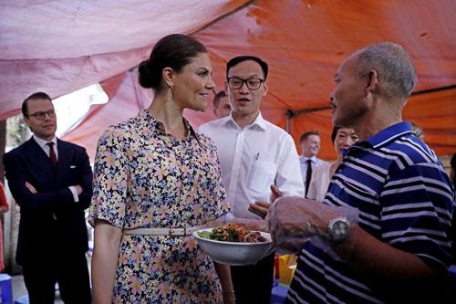 Công chúa Thụy Điển nghe chủ hàng giới thiệu về món ăn. Ảnh: Giang Huy.