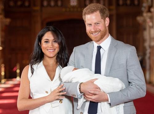 Vợ chồng Hoàng từ Harry bế con xuất hiện trước báo chí ở cung điện Windsor ngày 8/5. Ảnh: AFP.