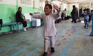 Cậu bé Afghanistan nhảy múa hạnh phúc trên chiếc chân giả