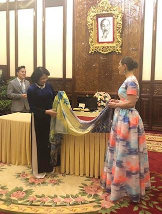 Phó chủ tịch nước Đặng Thị Ngọc Thịnh tặngkhăn lụa vẽ tranh choCông chúa kế vị Thuỵ Điển Victoria Ingrid Alice Desiree hôm 6/5 tại Phủ Chủ tịch. Ảnh: NVCC