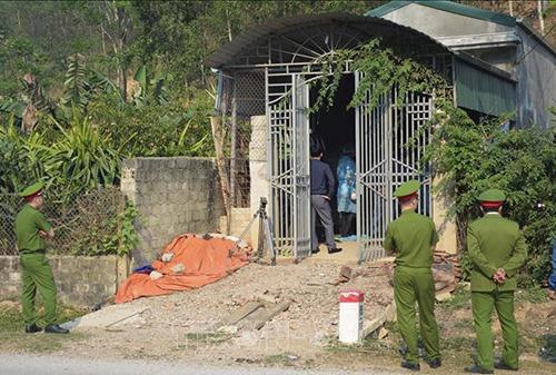 Cảnh sát khám nhà bị can Bùi Văn Công. Ảnh: TTXVN.