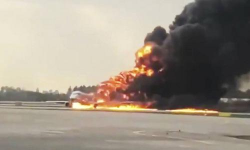Chiếc SSJ-100 bốc cháy dữ dội tại sân bay Sheremetyevo hôm 5/5. Ảnh: RT.