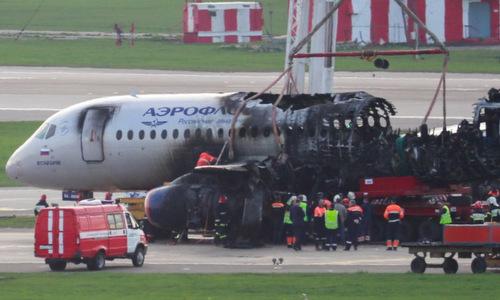 Máy bay cháy đen sau tai nạn. Ảnh: TASS.