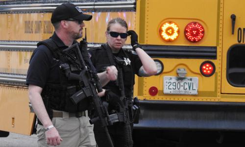 Cảnh sát tới hiện trường vụ nổ súng ở ngoại ô thành phố Denver, bang Colorado Mỹ hôm 7/5. Ảnh: Denver Post.