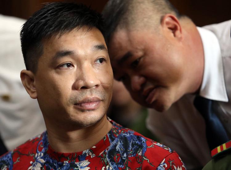 Dương trao đổi riêng với luật sư tại tòa hôm nay. Ảnh: Thành Nguyễn.