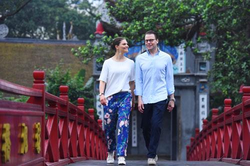 Công chúa cùng phu quân đi dạo trên cầu Thê Húc. Ảnh: Giang Huy.