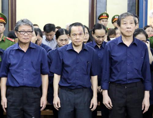 Các bị cáo sai phạm trong quá trình điều hành Ngân hàng Đại Tín cùng bà Phấn bị xét xử. Ảnh: Kỳ Hoa.