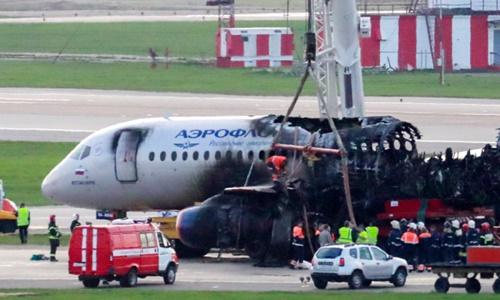 Phần còn lại của chiếc máy bay Nga bốc cháy. Ảnh: IC.