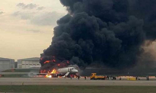 Lửa khói bao trùm chiếc Sukhoi Superjet 100 tạisân bay Sheremetyevo ở Moskva hôm 5/5. Ảnh: Reuters.