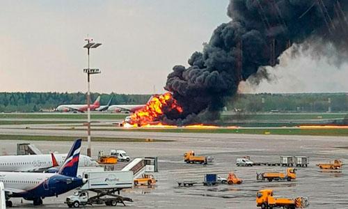 Sukhoi Superjet 100 bốc cháy trên đường băng sân bay Sheremetyevo ở Moskva hôm 5/5. Ảnh: RT.
