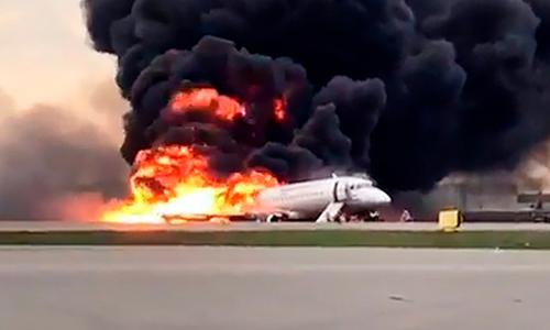 Lửa và khói bao trùm chiếc Sukhoi Superjet 100 tạisân bay Sheremetyevo ở Moskva hôm 5/5. Ảnh: RT.