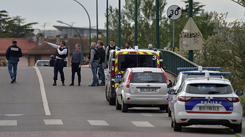 Cảnh sát tại hiện trường vụ bắt giữ con tinở thị trấn Blagnac, phía tây nam nước Pháp. Ảnh: Mirror.