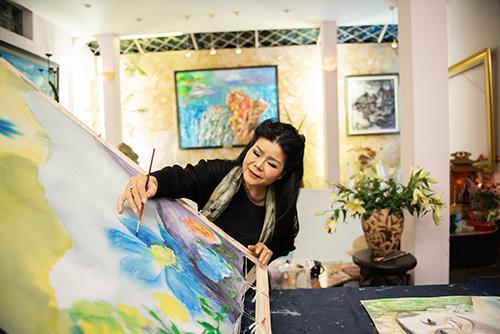Họa sĩ Văn Dương Thành sáng tác tranh trên chiếc khăn lụa tặng cho Công chúa kế vị Thuỵ Điển Victoria Ingrid Alice Desiree. Ảnh: NVCC