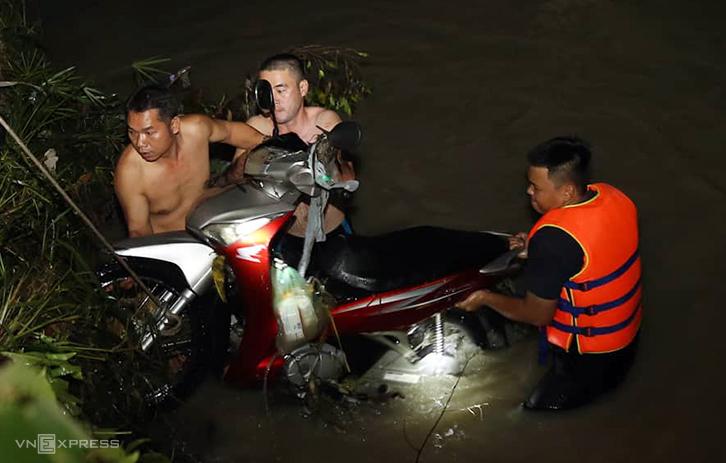 Lực lượng cứu hộ tìm thấy một trong xe máy của nạn nhân bị cuốn trôi xuống suối. Ảnh: Phước Tuấn.