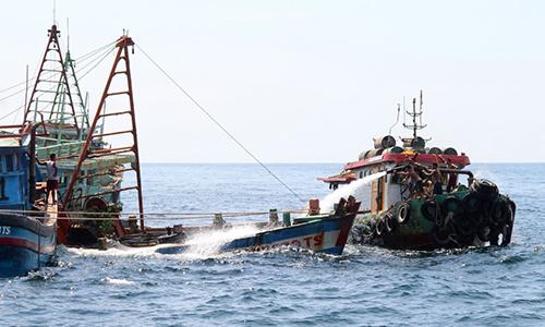 Tàu cá Việt Nam bị Indonesia đánh chìm ở đảo Datuk hôm 4/5. Ảnh: AFP.