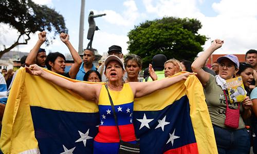 Người phản đối Tổng thống Maduro biểu tình tại khu phố El Paraiso tại thủ đô Caracas hôm 4/5. Ảnh: AFP.