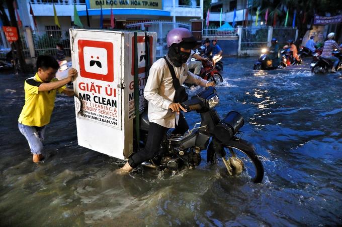Sài Gòn mưa lớn gây ngập, kẹt xe nhiều giờ
