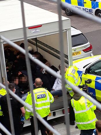 Nhóm người Việt bị cảnh sát phát hiện trên thùng xe tải sau khi bỏ trốn khỏi tàu cá hôm 12/4. Ảnh: Cornwall Live