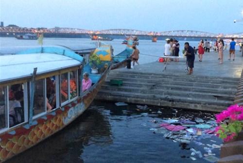 Ông Xưng rải vàng mã xuống sông Hương vào chiều ngày 5/5. Ảnh: ĐT