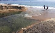 Dòng nước đen từ cống chảy thẳng ra biển Nha Trang