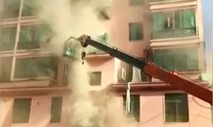 Lái xe cẩu Trung Quốc cứu 14 người khỏi tòa chung cư bị cháy