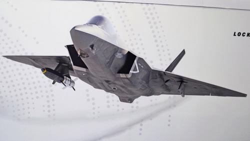 Chiếc F-35C với một quả tên lửa siêu vượt âm dưới cánh. Ảnh: Drive.