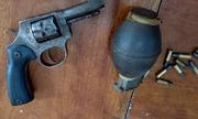 Kẻ trốn truy nã 'trữ' súng đạn trong rừng