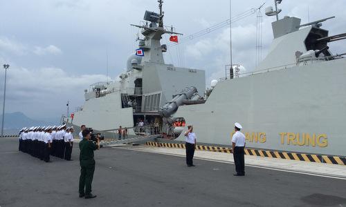 Cán bộ, chiến sĩ Vùng 4 Hải quân thực hiện nghi thức tiễn đoàn công tác. Ảnh: QĐND.