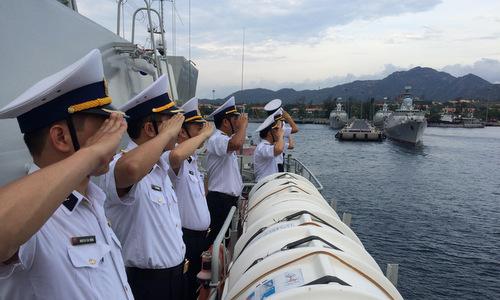 Sĩ quan tàu 016 Quang Trung chào cảng lên đường làm nhiệm vụ. Ảnh: QĐND.