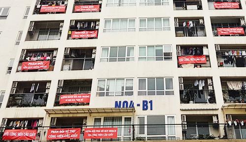 Nhiều cư dân toà nhà N04 - B1, đối diện công viên Cầu Giấy,treo băng rôn phản đối dự án. Ảnh: Võ Hải.