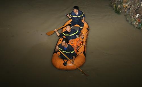 Cảnh sát tìm kiếm nam sinh mất tích rạng sáng nay trên suối Bà Lúa. Ảnh: Phước Tuấn