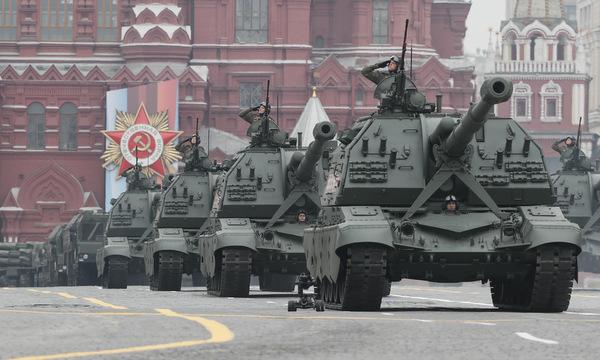 Pháo tự hành 2S19M Msta-SM trong lễ duyệt binh. Ảnh: Reuters.
