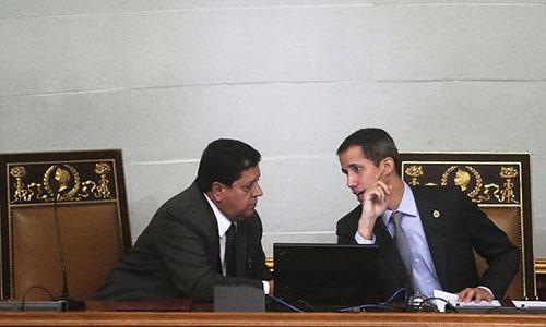 Tổng thống tự xưng Juan Guaido (phải) và Edgar Zambrano, phó Chủ tịch Quốc hội phe đối lập ngày 6/3. Ảnh: Reuters.