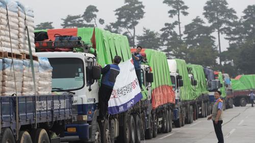Đoàn xe chở hàng viện trợ của Hàn Quốc tới Triều Tiên năm 2012. Ảnh: AP.