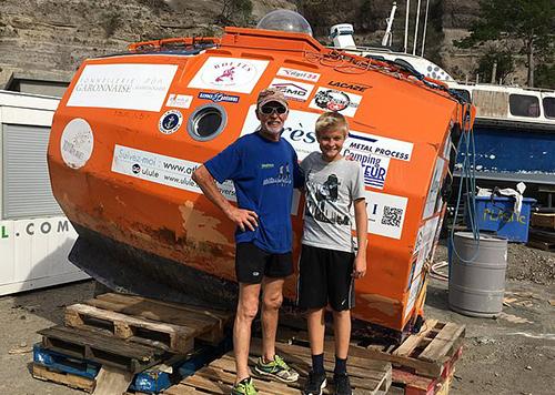 Ông Jean-Jacques Savin chụp ảnh cùng một cậu bé địa phương khi cập bến đảoSt. Eustatius ở vùng Caribbean hôm 3/5. Ảnh: Facebook