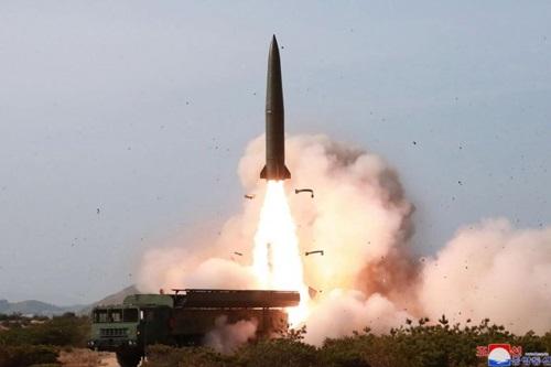 Một hệ thống phòng thủ tên lửa được bắn về phía biển Nhật Bảntrong cuộc thử nghiệm hệ thống vũ khí của Triều Tiên hôm 4/5. Ảnh: KCNA.