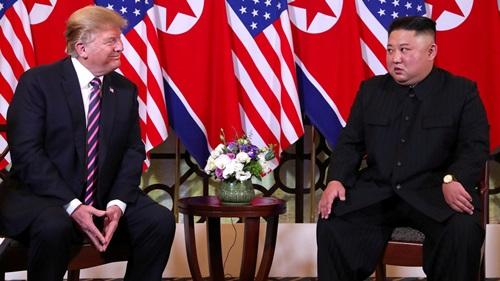 Tổng thống Mỹ Donald Trump (trái) và lãnh đạo Triều Tiên Kim Jong-un tại hội nghị thượng đỉnh lần hai ở Hà Nội hồi tháng hai. Ảnh: Reuters.