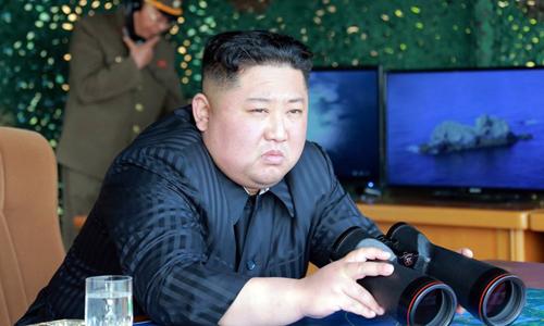 Lãnh đạo Triều Tiên Kim Jong-un trực tiếp giám sát vụ phóng thử tên lửa tầm ngắn và pháo phản lực tại thao trường gần thành phố Wonsan hôm 4/5. Ảnh: KCNA.