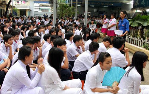 Học sinh trường THPT Nguyễn Trung Trực (TP HCM) trong một buổi tư vấn pháp luật. Ảnh: Mạnh Tùng.