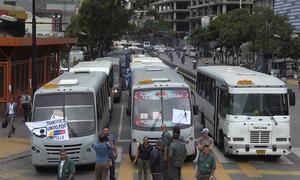 Lái xe buýt Venezuela đỗ xe chặn đường để biểu tình