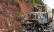 Xe container bốc cháy trên đường, hai người thoát nạn