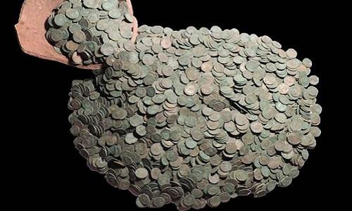 Những đồng xu trong hũ được bảo quản khá nguyên vẹn. Ảnh: BBC.