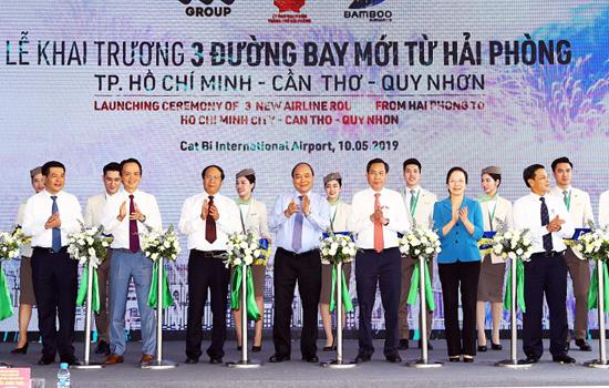 Thủ tướng Nguyễn Xuân Phúc cắt băng khai trương 3 đường bay mới. Ảnh: Anh Duy.