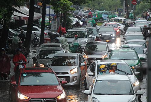 Ngập gây kẹt xe cục bộ quanh đường Nguyễn Hữu Cảnh. Ảnh: Duy Trần.
