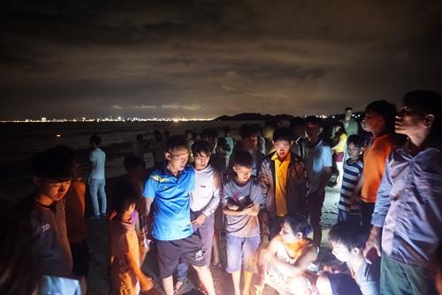 Người dân Nam Ô ra bờ biển theo dõi vụ việc. Ảnh: NT
