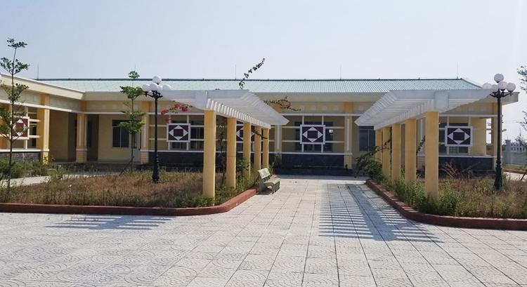 Sau hai năm, trường mầm non củakhu công nghiệp Điện Nam - Điện Ngọc vẫn bỏ hoang. Ảnh: Đắc Thành.